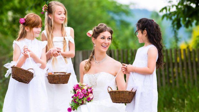 Braut und Blumenkinder