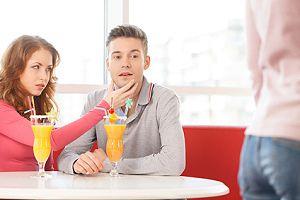 Kellnerinnen flirten