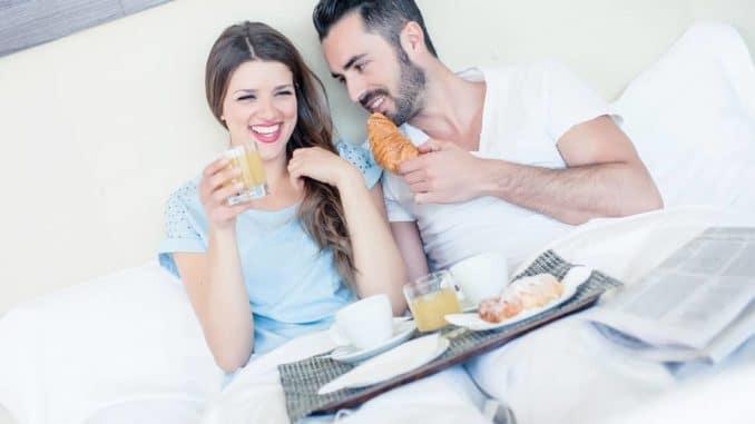 Paar verbringt die Flitterwochen zuhause