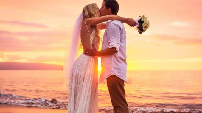 Paar bei einer freien Trauung am Strand