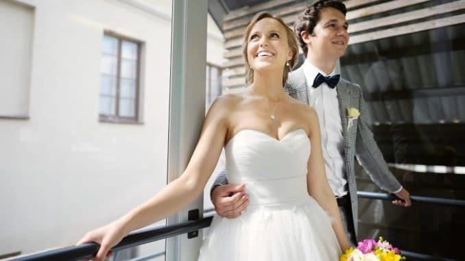 Paar in gebrauchter Hochzeitsmode