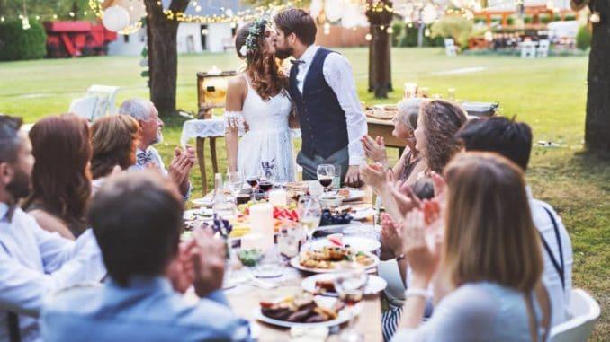 Ein Hochzeitsessen im Freien