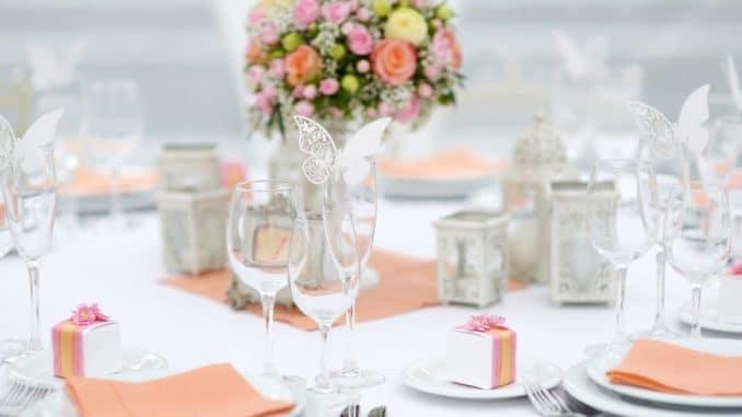 Stilvoll gedeckter Tisch für das Hochzeitsmenü