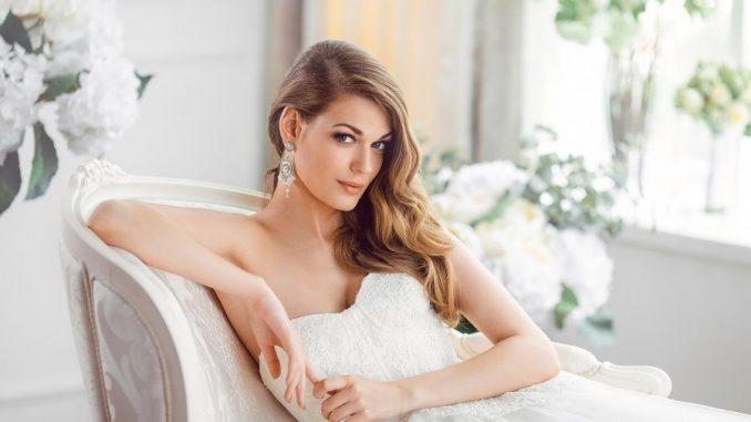 Frau in Hochzeitskleidung