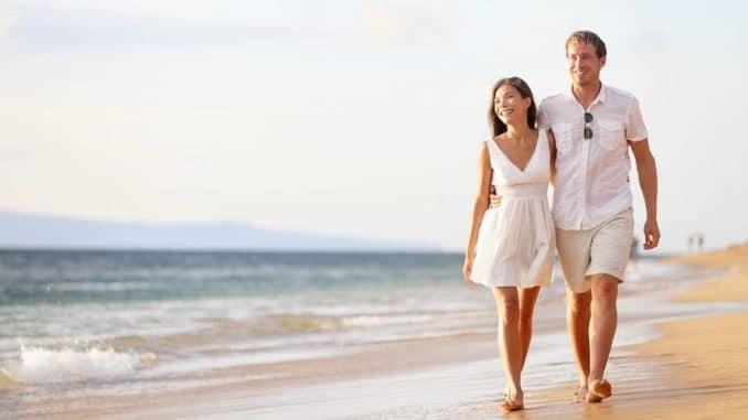 Paar genießt die gemeinsam geplante Hochzeitsreise