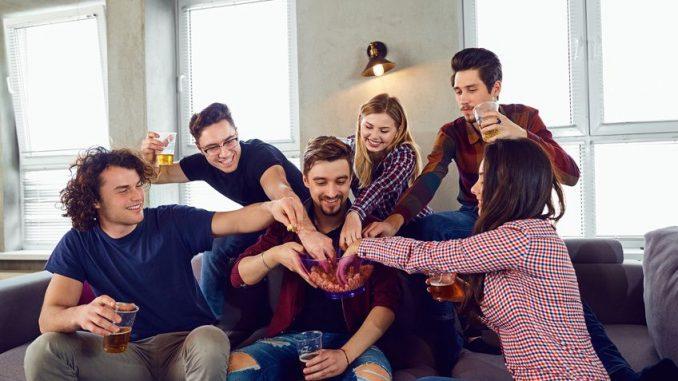 Junge Leute spielen beim Polterabend
