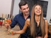 Mann und Frau auf einer Flirtparty