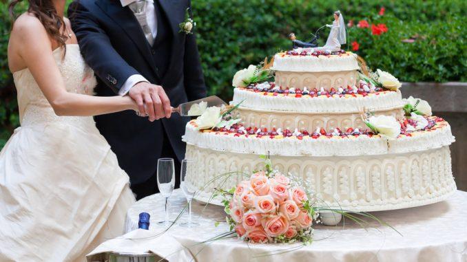 Brautpaar mit selbstgebackener Hochzeitstorte