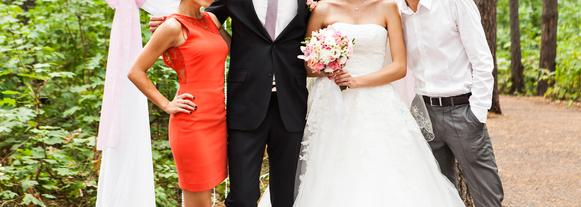 Braut mit Brautkleid vor einem Standesamt